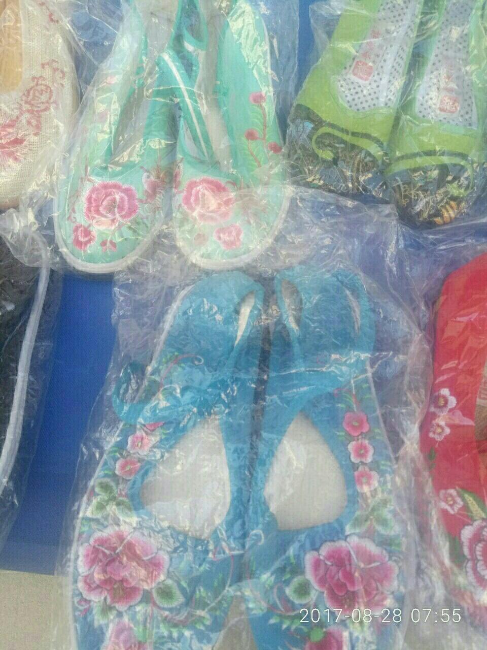下雨了一一卖小花鞋的!