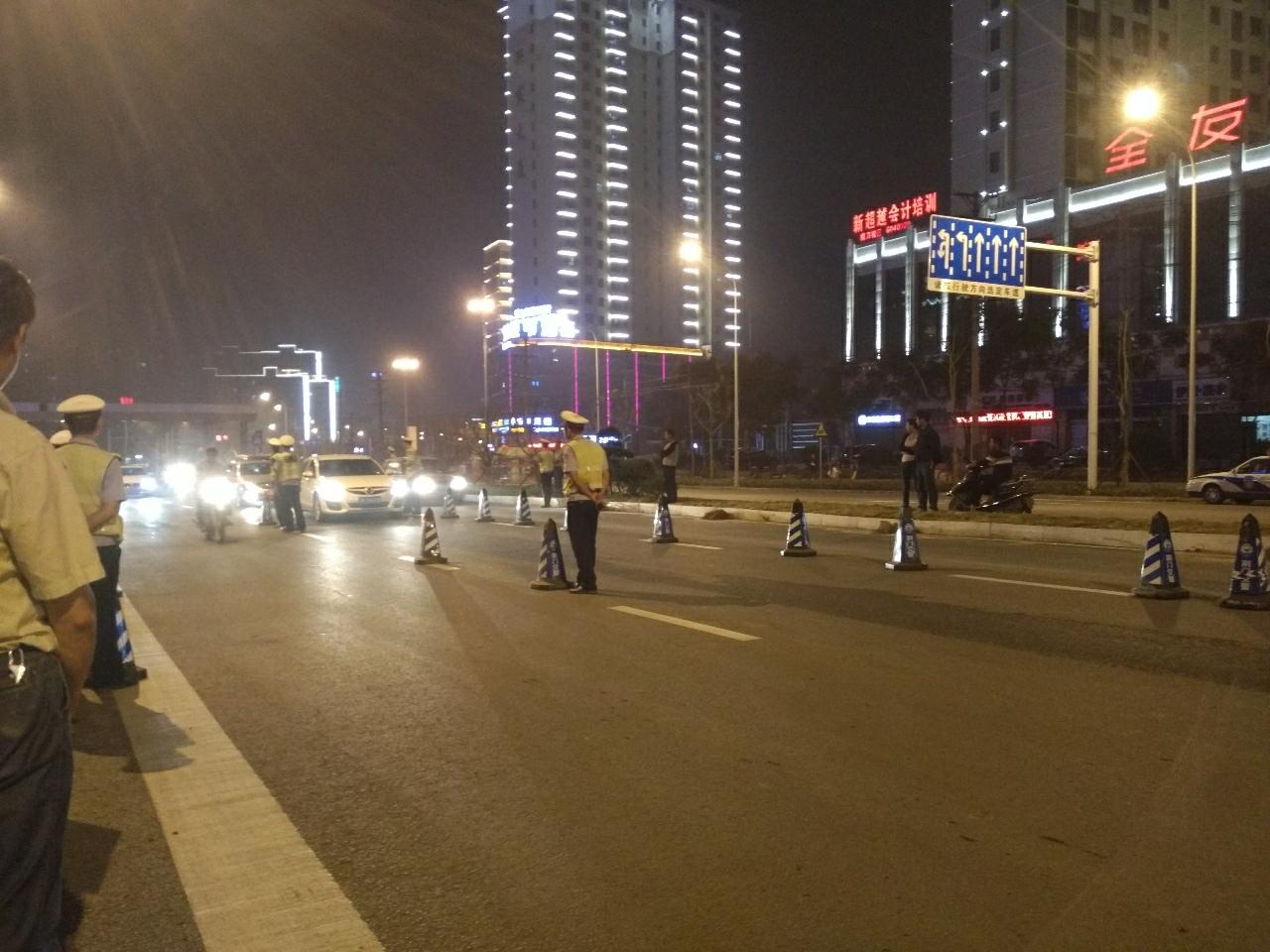 9月22日晚上荆门市交警支队在十里牌小学