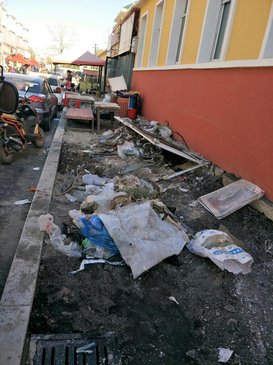 小贩占道经营,卫生脏乱差。