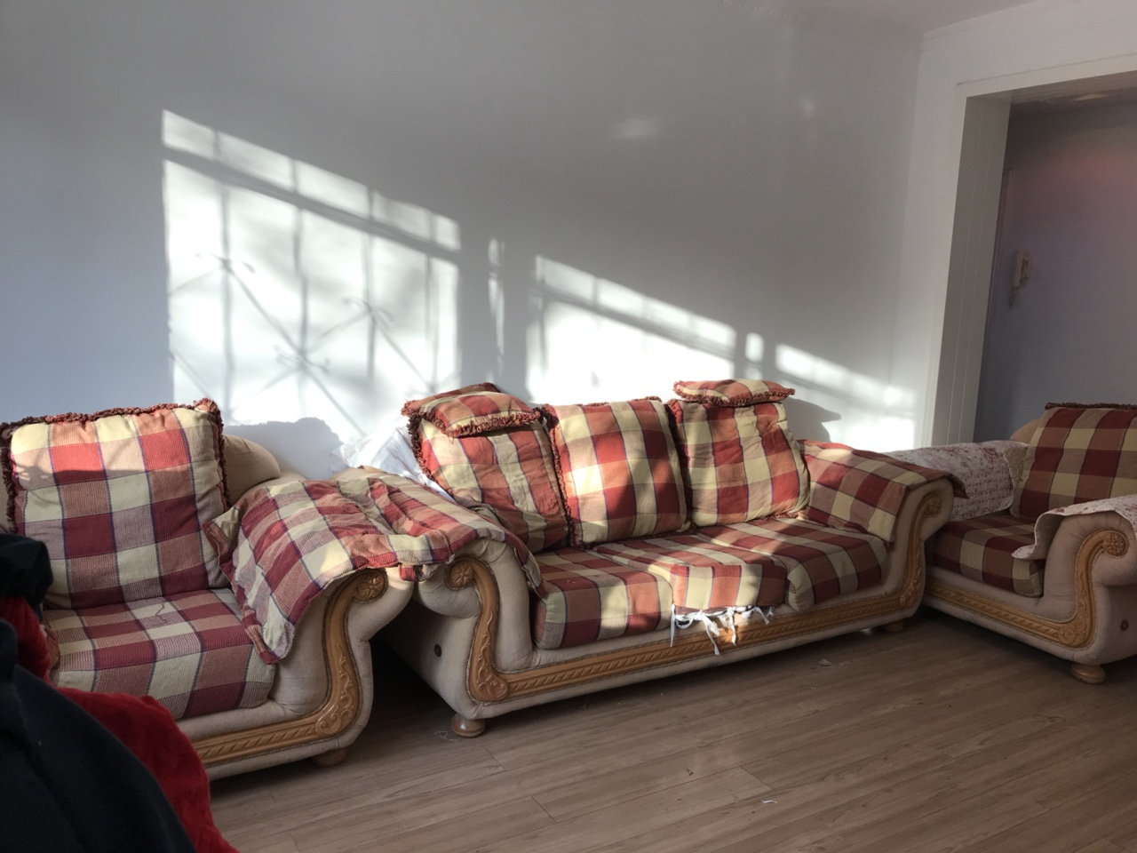 5大组合。适合大老板接待会客厅,房间大的适合,小房间放不下,此沙发是高档沙发,高档木材,不是市场上钉...