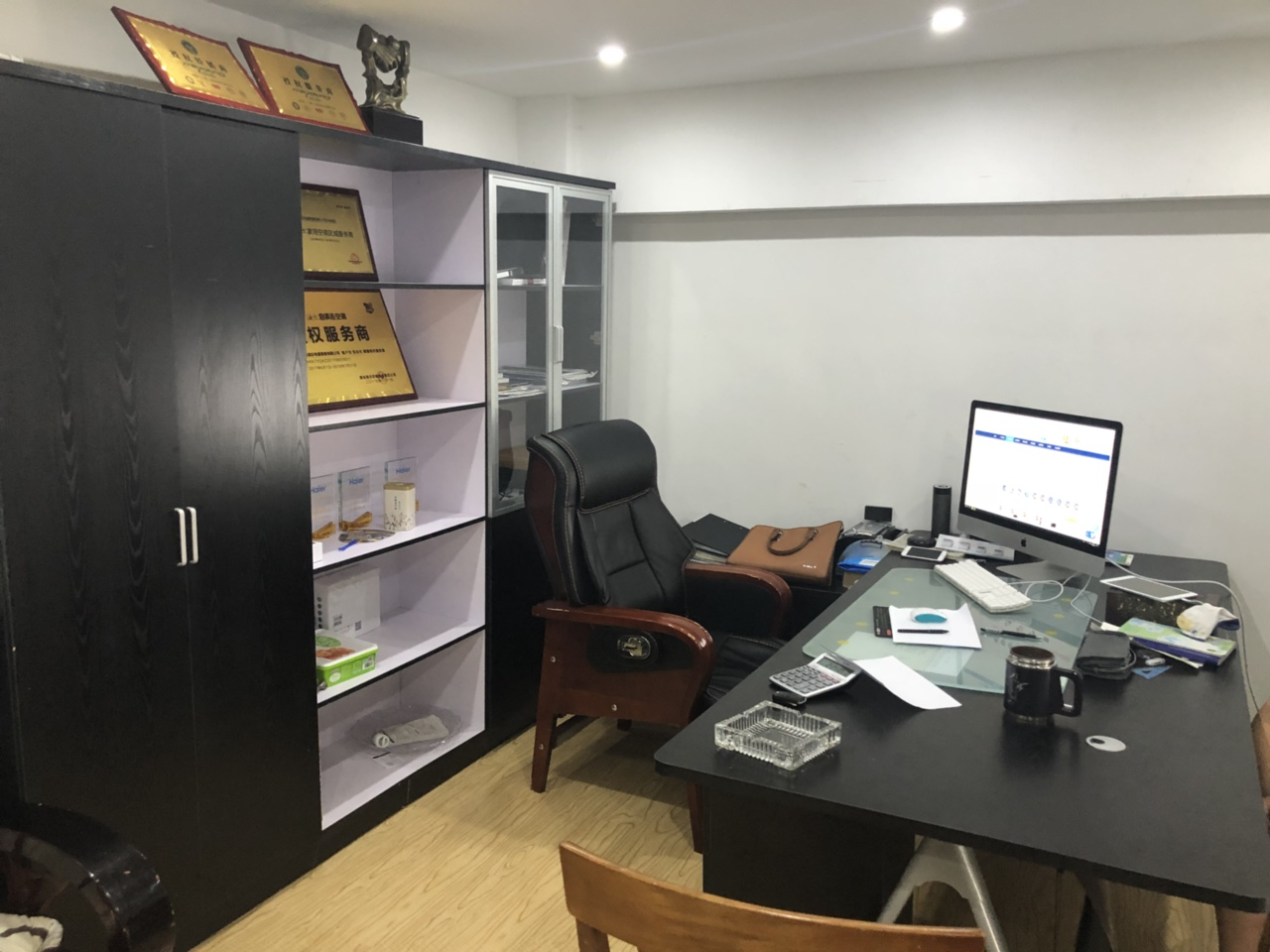 品牌办公用品,2.2米大板桌带二个柜子。书橱材料柜,老板椅。共5件。。。自提 。汇银广场5幢115。