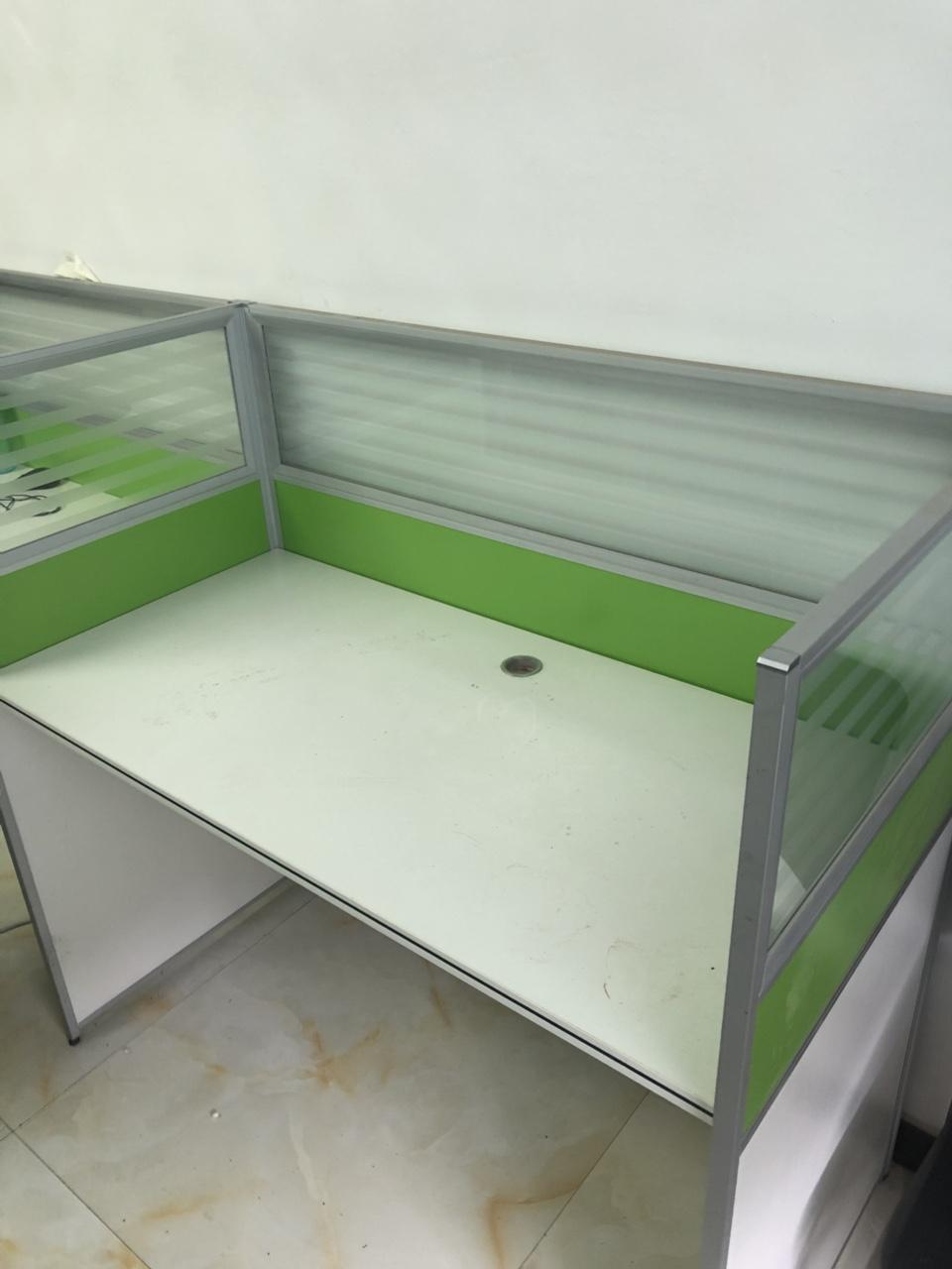 九成新办公隔断桌转让有意者联系