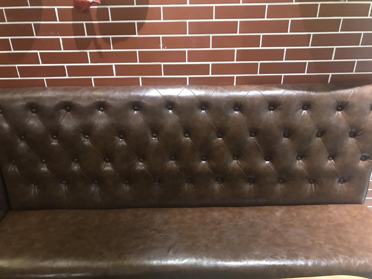 两组2米的咖色沙发 95新 由于更换装修 所以用不到了 特价处理 可用在酒吧,饮品店等
