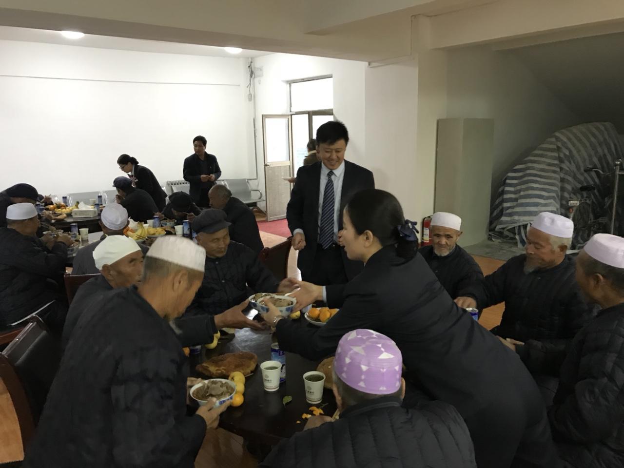 正能量,甘肃银行职工为张家川县敬老院老人们准备了一顿盛宴他们很开心