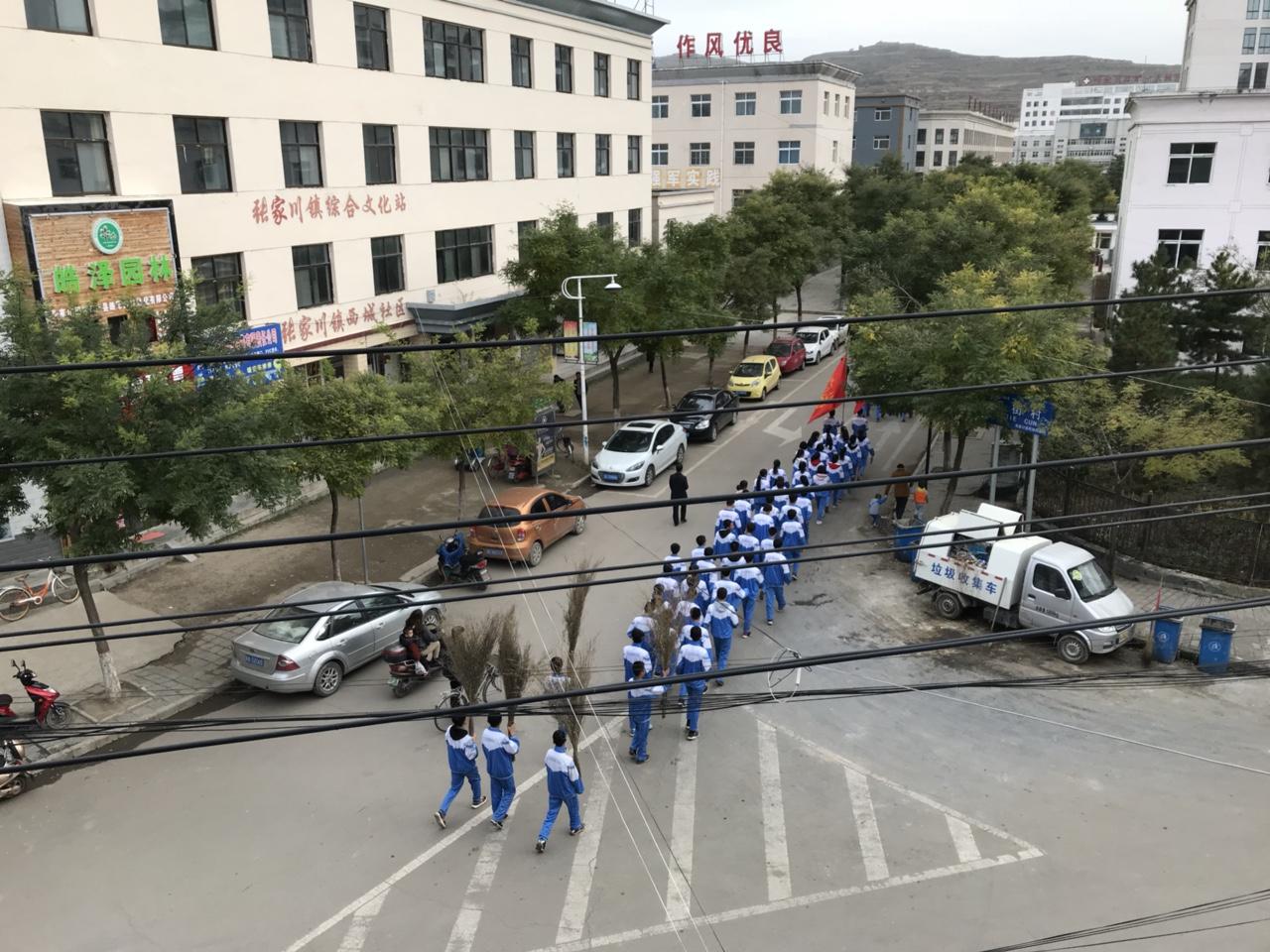 张家川街道上的学生扫帚队真威武