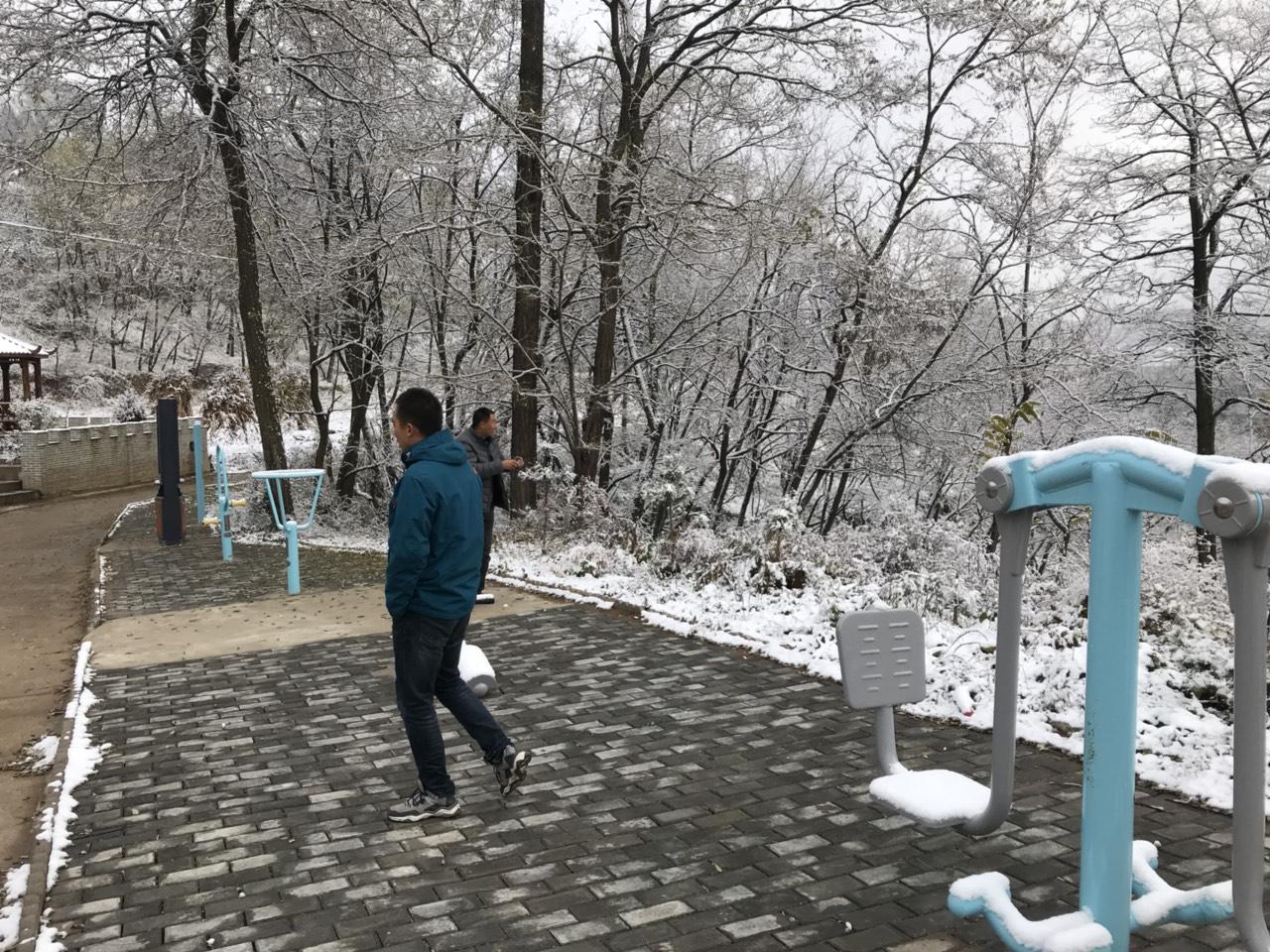 雪落在木河毛家小山村尤如童话世界