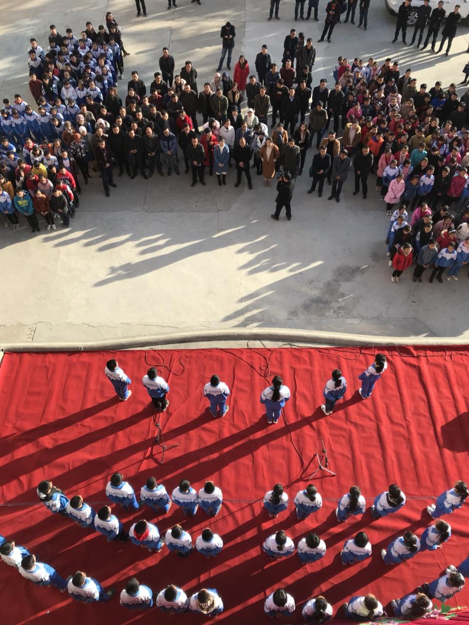 张家川西部山沟沟的孩子们表演了一场节目,吸引一百多位名师围观