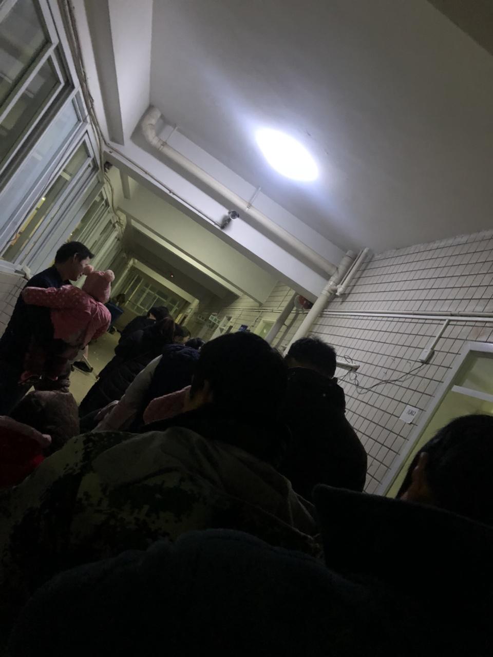 临泉县人民医院的儿科医生太少了40个孩子的家长等一个医生看
