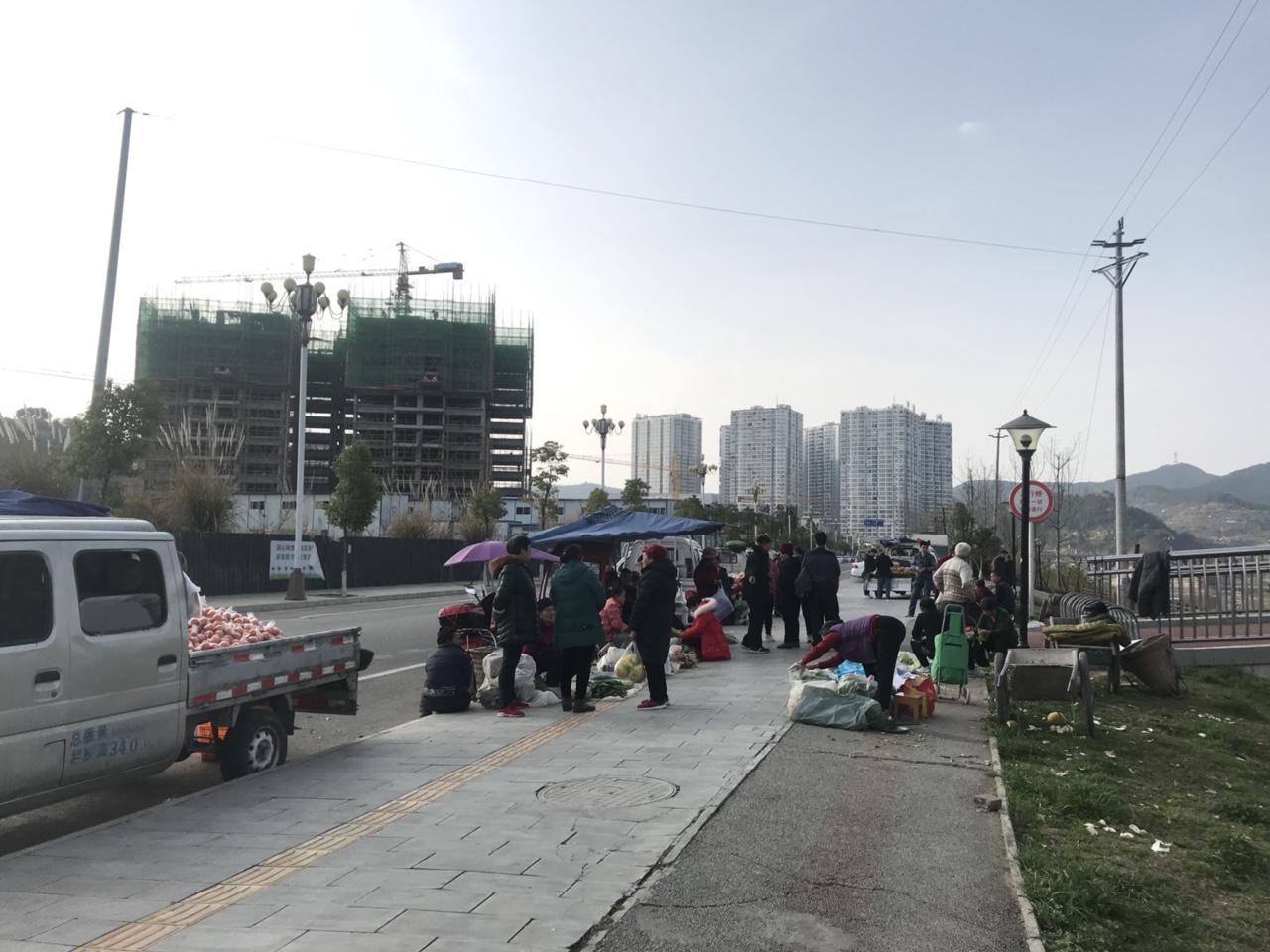 盐亭人行桥旁的小市场