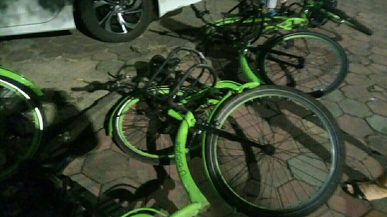 翠微嘉园对面路边的共享单车