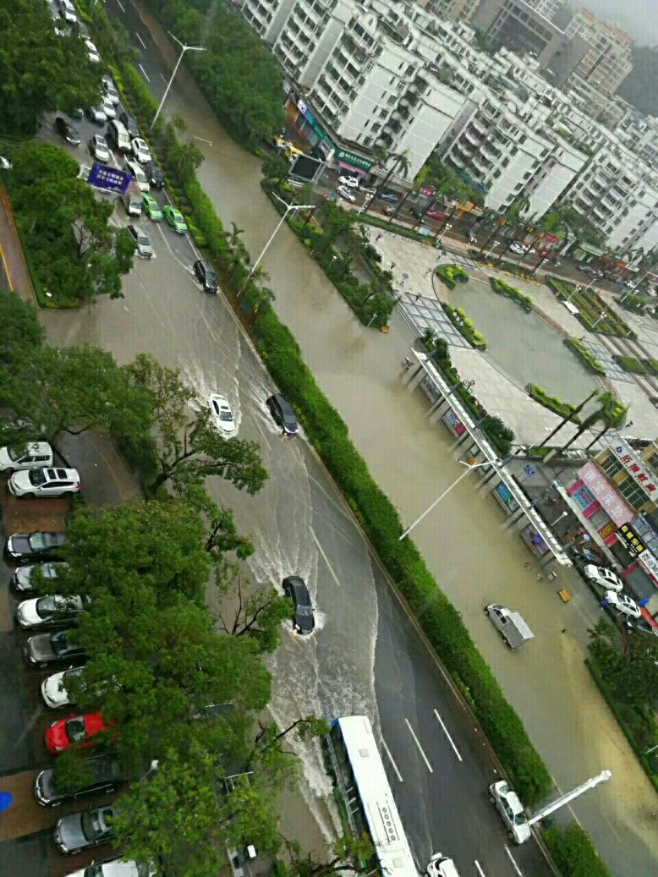 珠海台风刚过暴雨又来,孩子们停课。