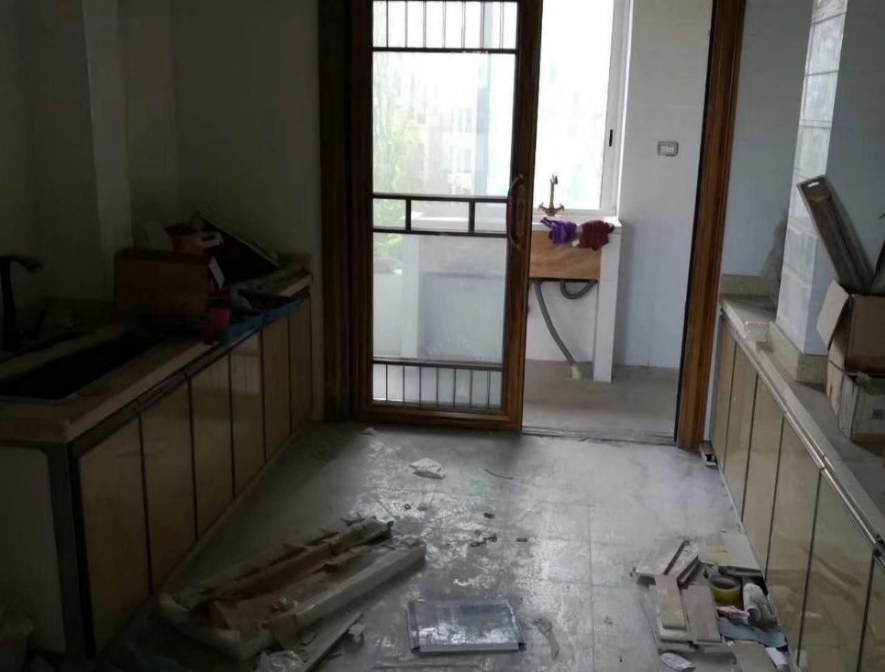 凯丽滨江4室2厅2卫95万元