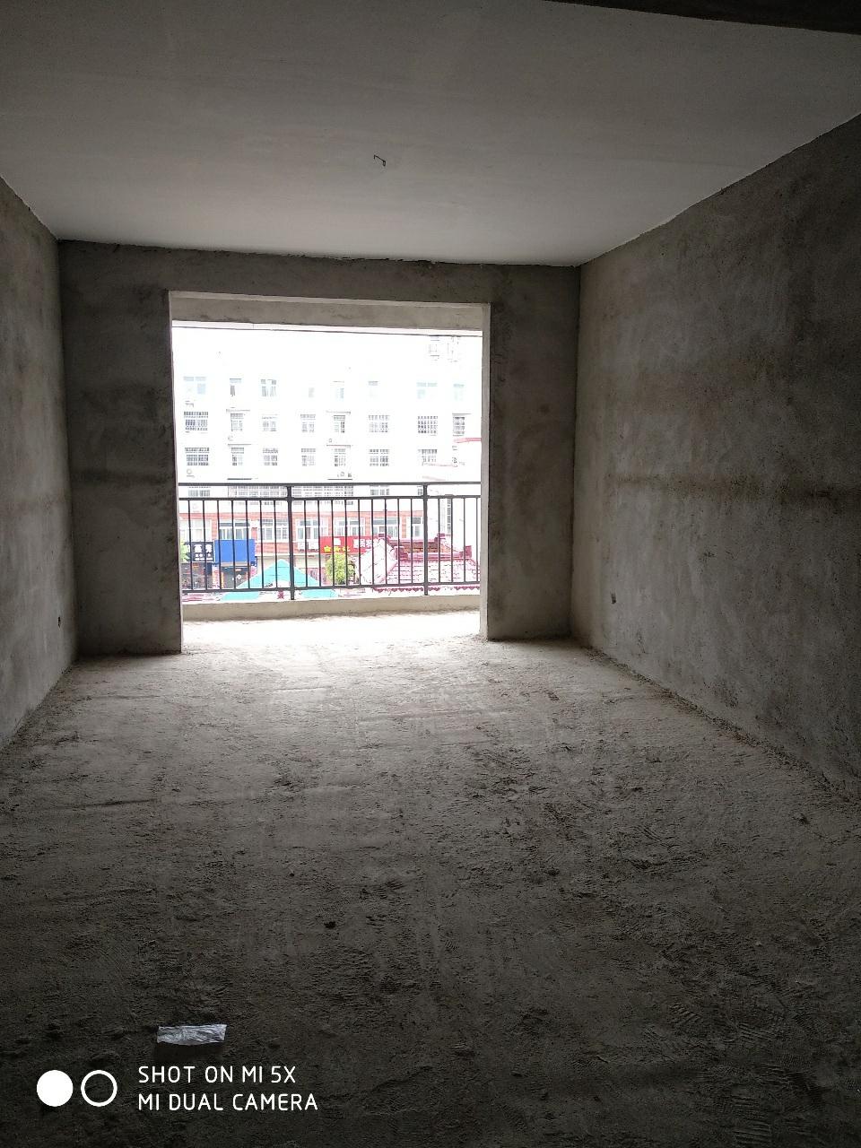 凤凰城二期3室2厅2卫96万元