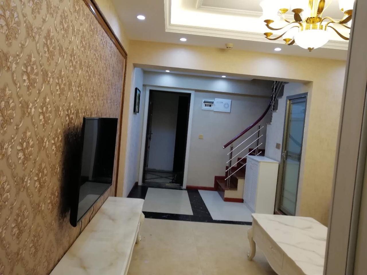 龙腾龙泰百货楼上17楼2室2厅2卫56万元