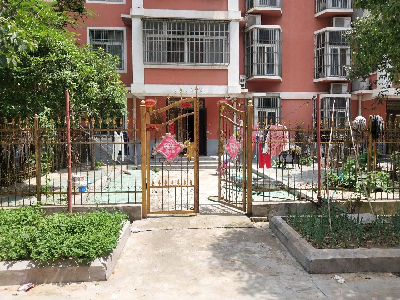 鸿福花园上下两层急卖6室2厅3卫148万元