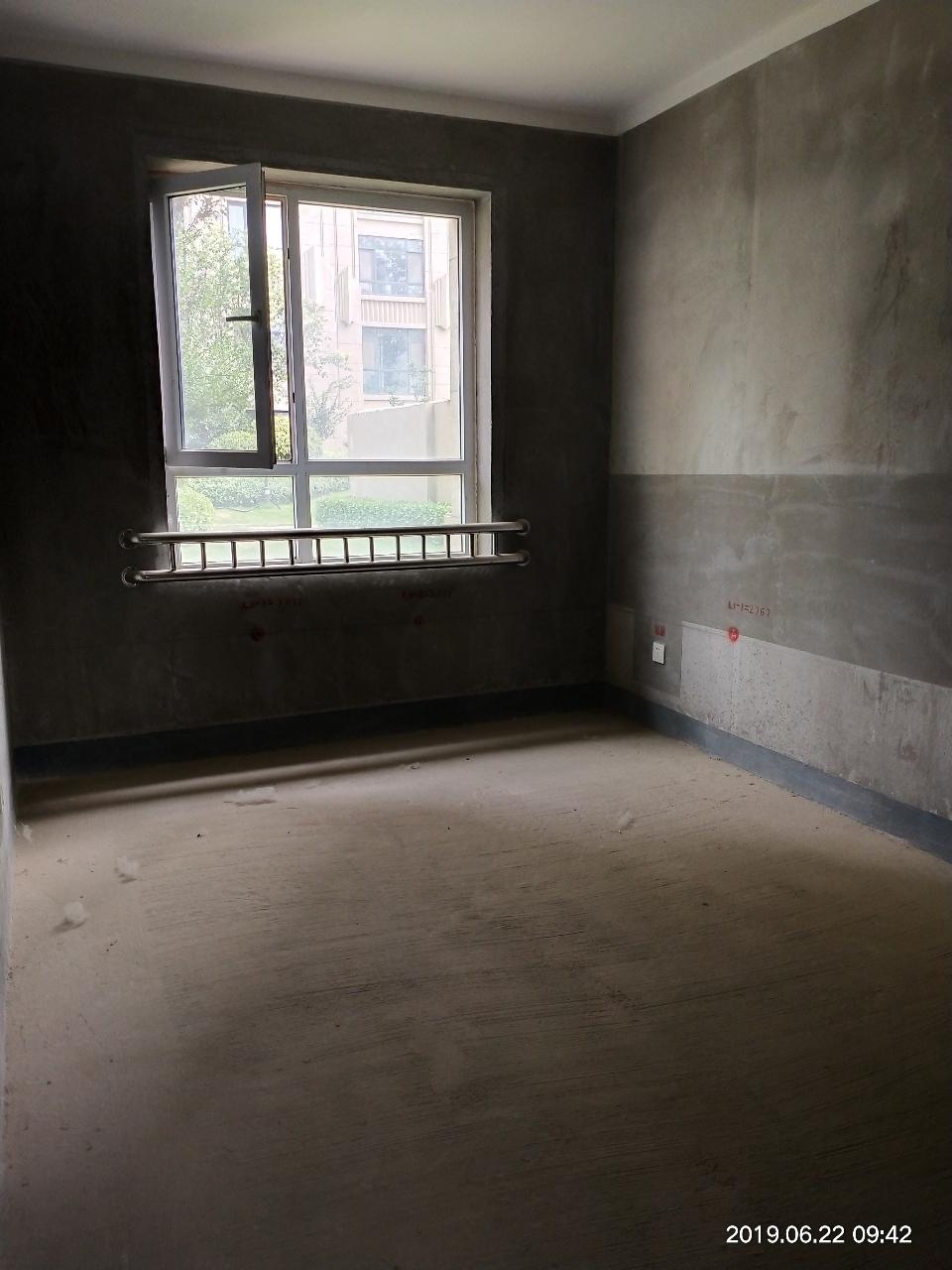 東湖旁的高檔小區3室2廳2衛73萬元