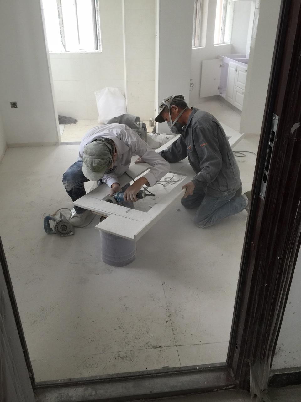 装修厨台的工人不容易,粉尘大的吓人。向每