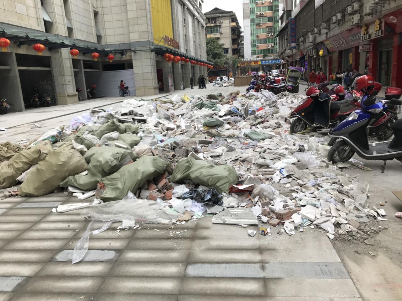 金港国际建筑垃圾堆满街