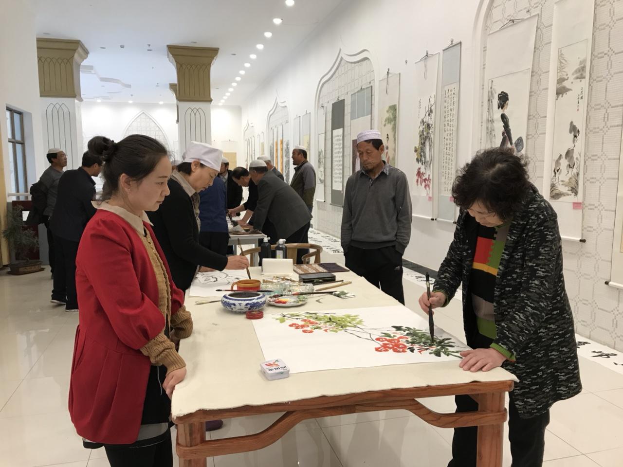 天水市首届民族妇女书画展在张家川受热捧