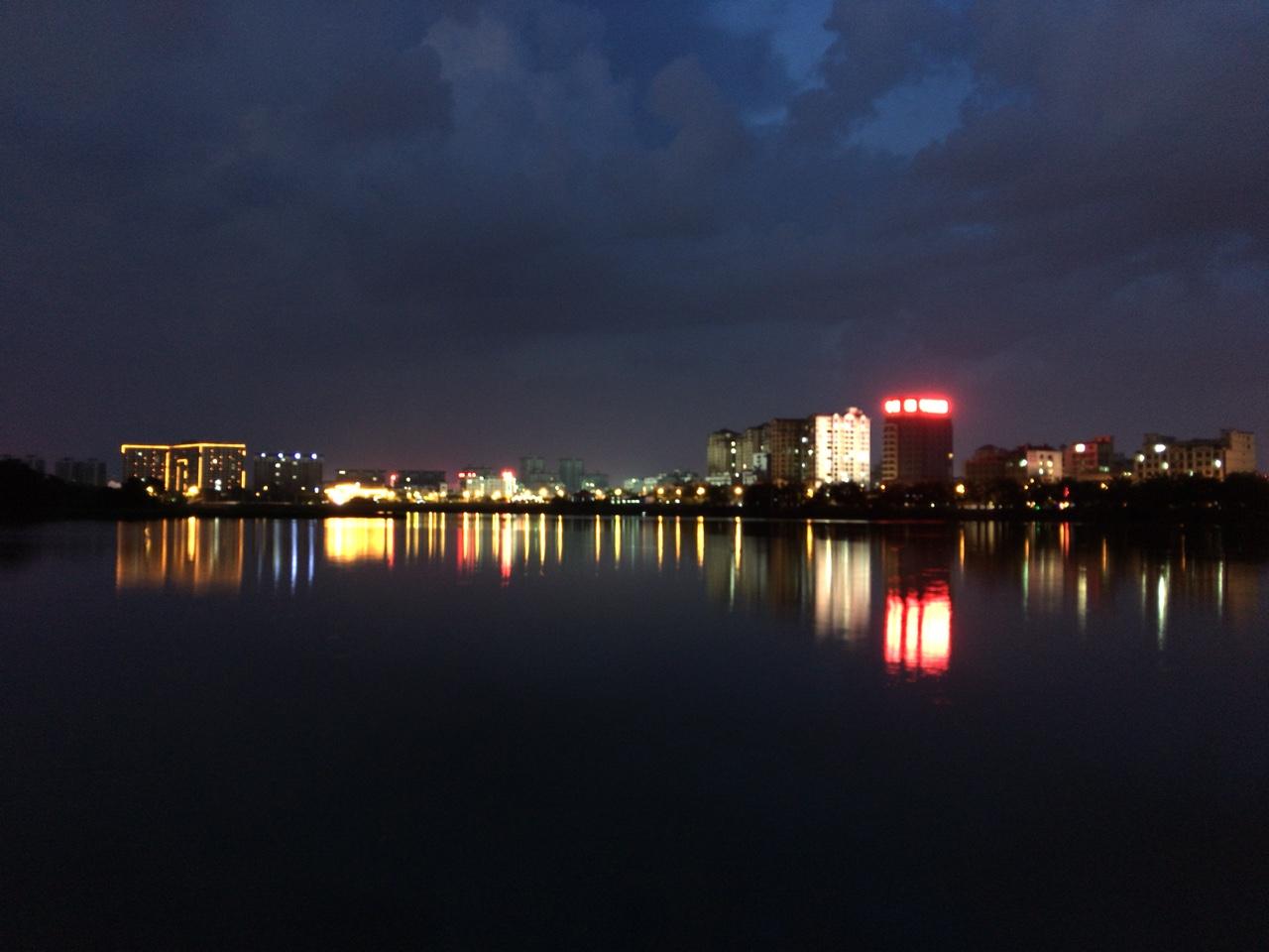 晚上的万泉河风光
