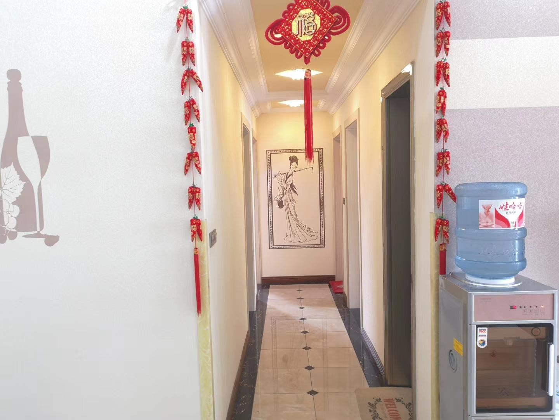 澎湖花园精装修4室 2厅 2卫93.8万元