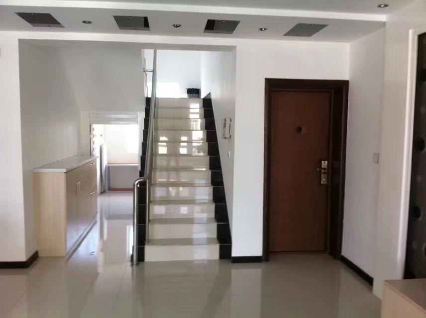 吉鹤苑5室 2厅 2卫80万元