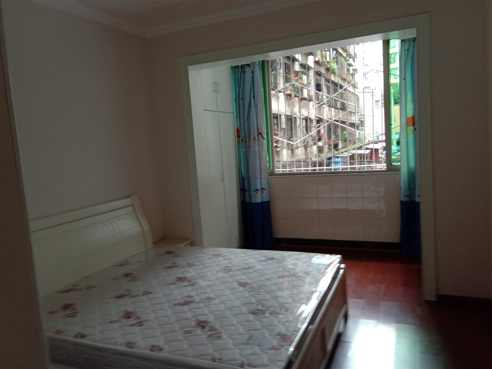 月亮街2楼大3室 2厅 2卫面积145平53.8万元