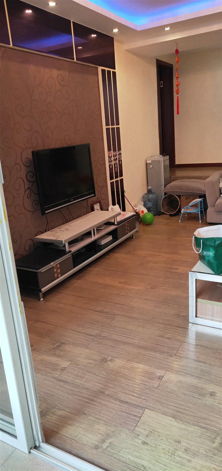 香江豪园经典错层精装大3室 2厅 2卫56万元