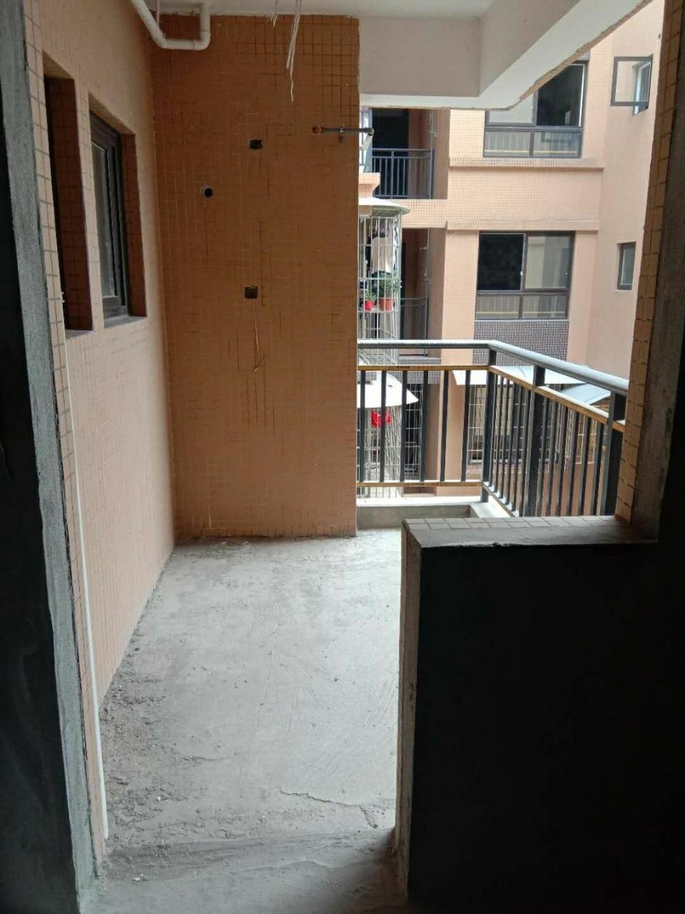 出售中医院附近电梯房3室 2厅 2卫29.5万元