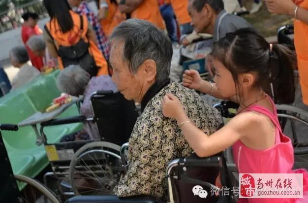 高州市巾帼志愿者风华总队重阳节开展慰问祈福颐养院老人