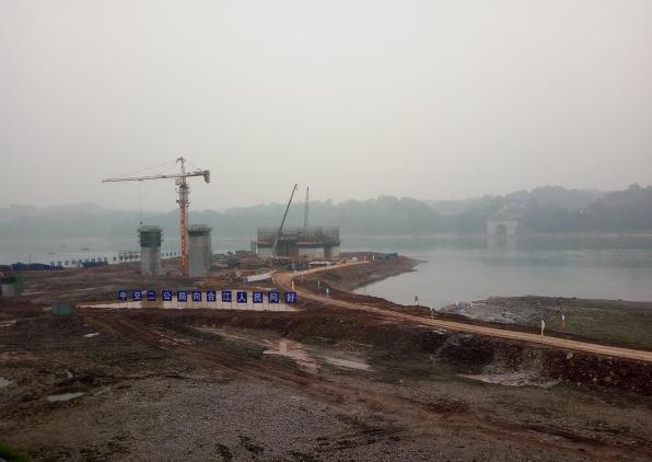 合江长江公路大桥作为合江县渡改桥项目标志性桥梁,目前正在加快施工。目前桥梁23至26号桥墩完成墩身建设,施工方正在进行17至22号桥墩建设。目前工程进展顺利,预计2018年年底建成通车。 据了解,合江长江公路大桥起点位于合江县城长江南岸旧城区符阳路城市道路交叉点,跨越长江南岸滨江路、护岸大堤和长江,与白塔组团规划城区道路链接。该大桥全长1420米,主桥为668米,大桥跨江段桥面宽27米,符阳路连接线宽22米,大桥桥面设计为双向6车道,桥形结构为飞燕式钢管混凝土系杆拱桥,其主跨跨径为同类桥形中世界第一。合江