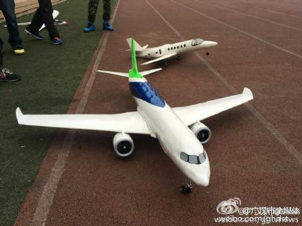 1月1日,李有森历时19个月制作的C919飞机模型在飞行学院操场成功试