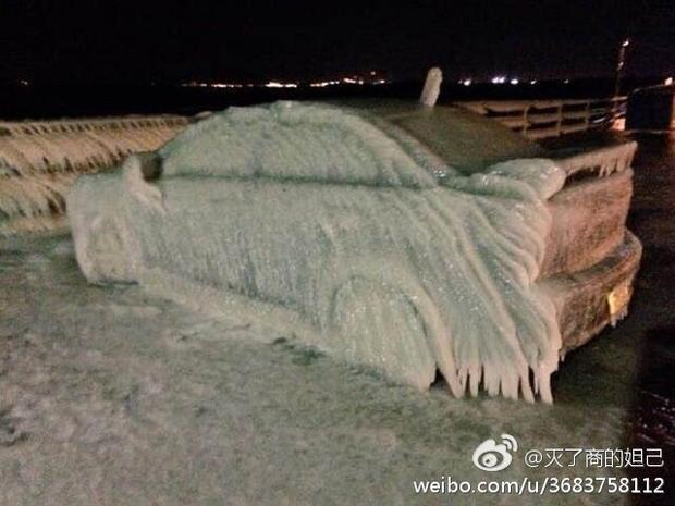 国外一名女司机为了节省停车费把车停在了海边,哪知气温骤降,结果悲剧了