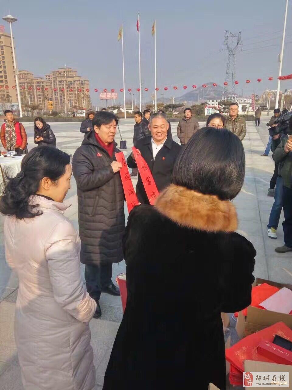 中国书法院院长管峻等书法大家们来邹城送春联啦!