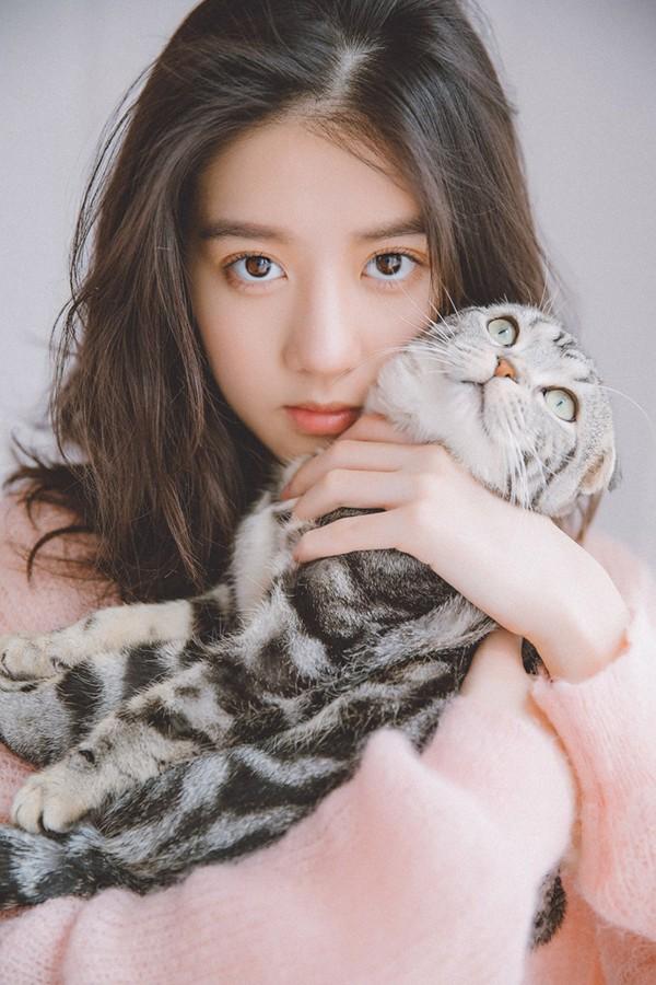 """李凯馨暖春大片,不停与小猫咪逗趣表情俏皮,演绎""""猫系少女""""俏皮感"""