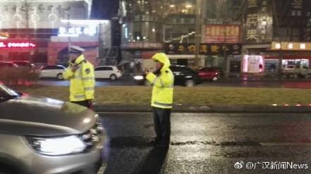 3月7日晚,广汉市公安局交警大队冒雨在金雁湖大桥设卡开展酒驾查处行动