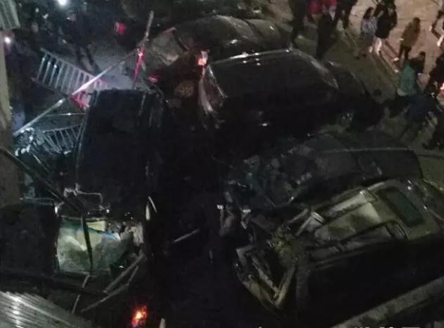 """凌晨3点一辆奔驰越野车从桥上""""飞""""出砸坏桥下多辆车"""