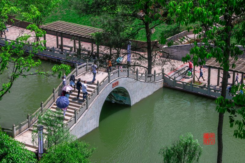 江门桃花坞旅游度假区项目位于江门镇大元村,是泸州市重点工程之一。项目总规划面积710亩,总投资金额4.5亿元,设计接待能力为每年10万人次,该项目以泸州第一大水库黄桷坝水库为依托,按照一核、二湖、三板块的设计原则,主景区桃花坞以瘦西湖园林格局为设计蓝本,由亭、台、楼、坊、湖、林组成,完美呈现江南古典园林风情,构建川南古典山水园林景观;同时,项目还将集酒店、餐饮、娱乐、健身等服务设施于一体,力争把桃花坞打造成为川南休闲旅游度假的重要目的地。   该项目于2015年11月开工建设,预计2019年