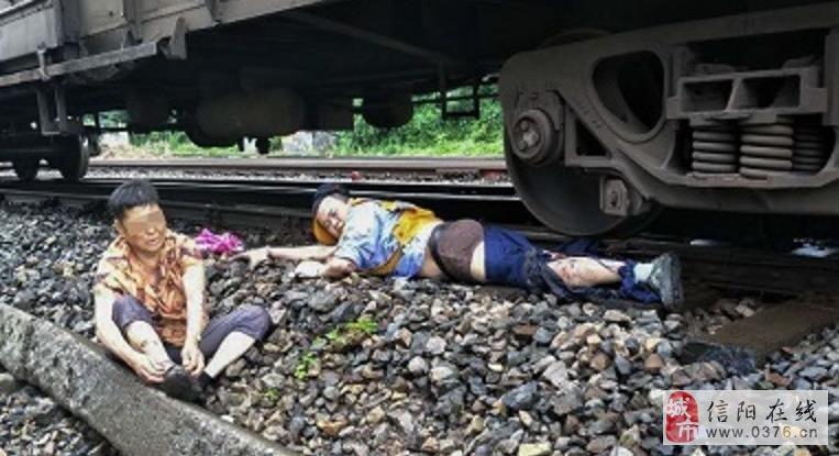 小伙跳下火车救老太
