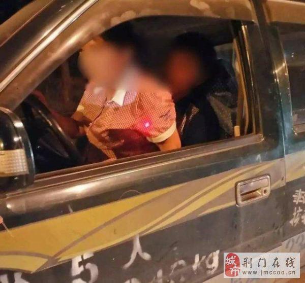 女子半夜坐男友大腿上学开车 男友驾照被吊销