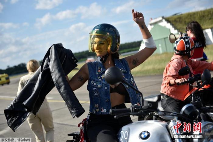 近日,德国新哈登贝格举办女性摩托车节,仅有女性能参加(图片)