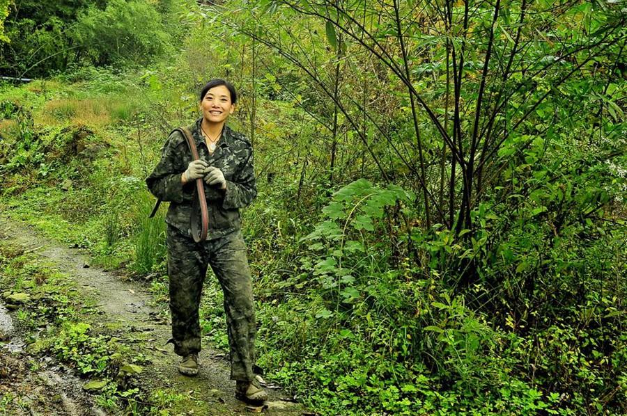 真正的女汉子在山上,在男人成堆的林场――什邡峡马口半山伐木场!(组图)