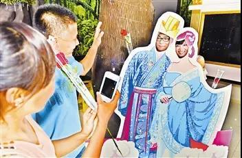 """"""" 8月28日七夕当天,将在中原智谷综合楼3楼摆放多个七夕拍照立牌,快拉图片"""