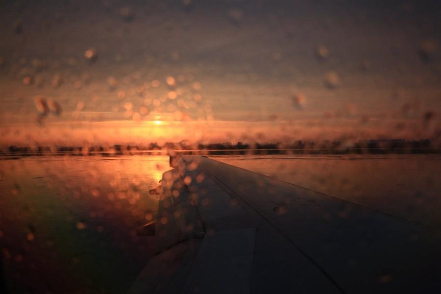 飞机外小雨,淅淅沥沥的下个不停(图片)