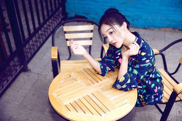 七夕节郭艳曝光一组睡衣写真大片,如精灵般可爱,精致的五官尽显无疑