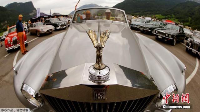 当地时间2017年8月27日,瑞士Mollis举办英国汽车集会,各式老爷车亮相