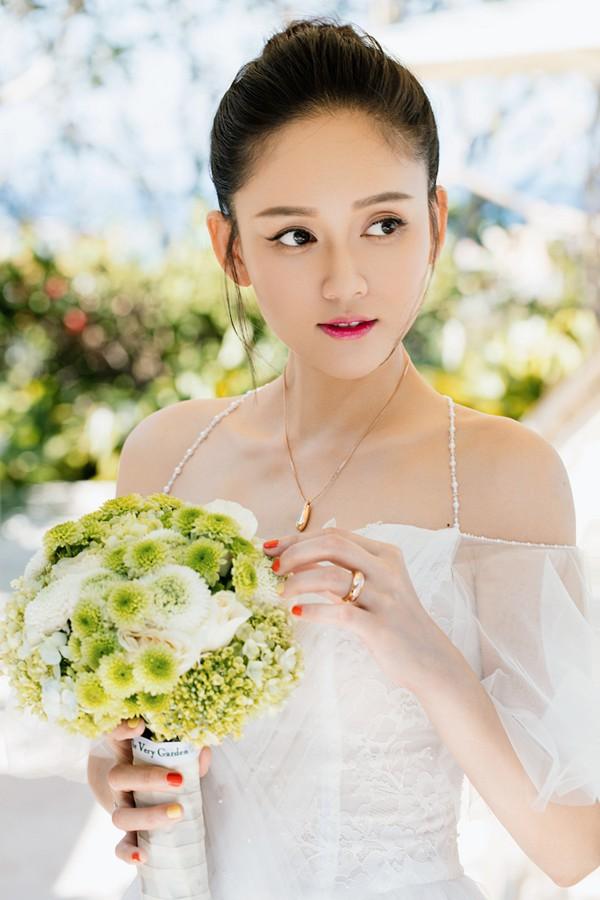 陈乔恩封面大片仙气十足,身着各式轻纱长裙,展现出优雅出尘的成熟魅力
