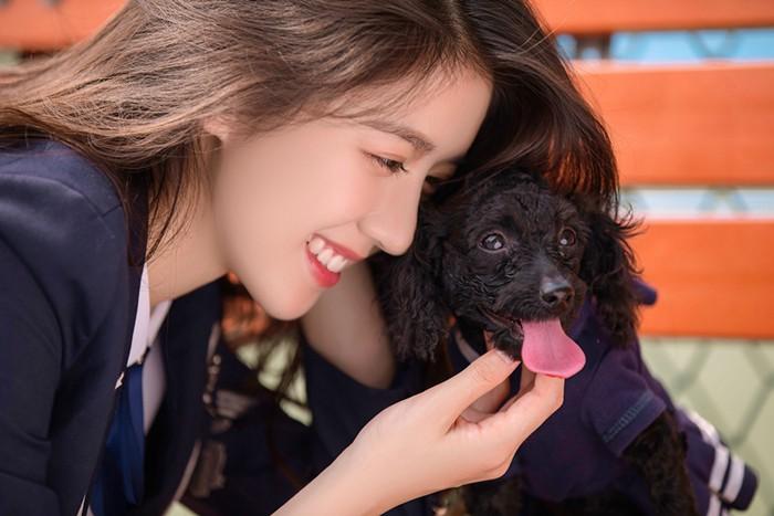"""李凯馨和爱犬""""亲子装""""写真,穿着同款校服萌萌哒,怀抱爱犬笑容灿烂"""