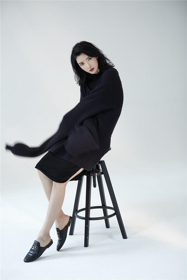 李颖芝帅气写真演绎入秋黑色温暖,成为今年秋冬潮流中的一组特殊印记