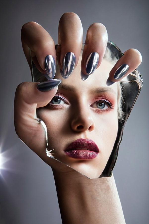 化妆师们非常疯狂,这也是他们今年所拍摄的妆容最为怪诞的一组人像作品